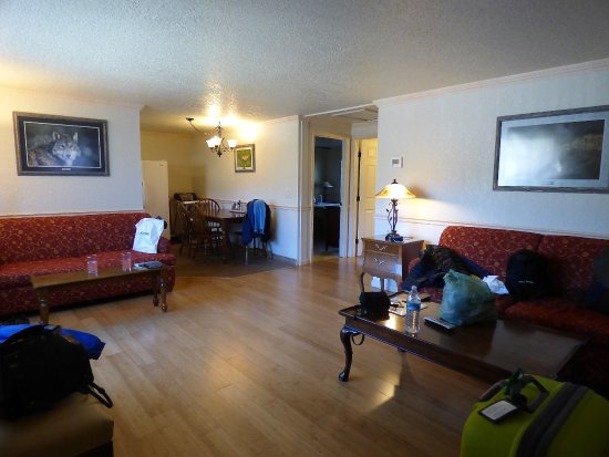 Gardiner, MT: Lounge of 2 bed suite at Yellowstone Gateway Inn