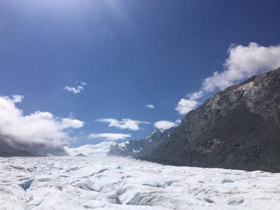 ‪‪Mt. Cook Village‬, نيوزيلندا: Looking up the Tasman glacier just after landing.‬