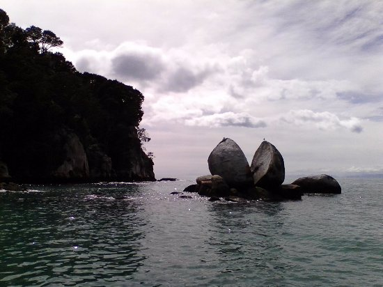 Kaiteriteri, New Zealand: The Split Apple Rocks