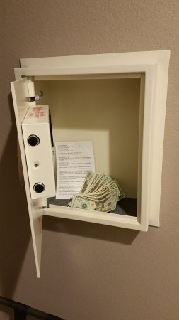 Baymont Inn & Suites Bellevue: In wall / In room safe to secure your valuables