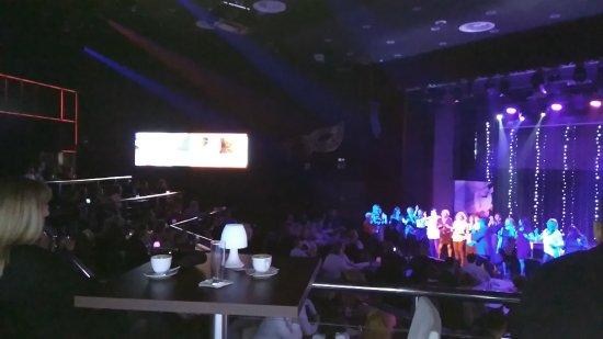 San Roque, Hiszpania: El público en el escenario con el DJ.