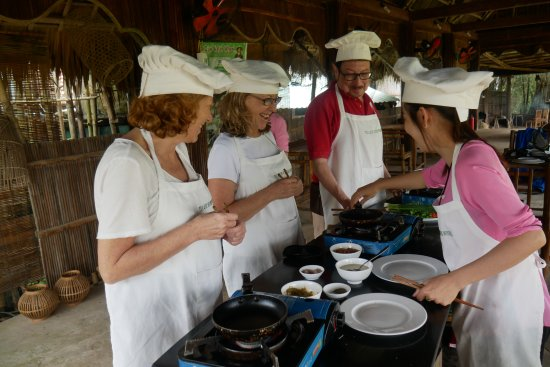 Tra Que Water Wheel : Cooking lesson in progress