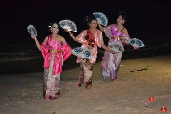 The Scent Hotel: Beautiful fan dancers