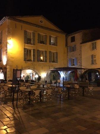 Valbonne, France: Vista del ristorante dalla piazza
