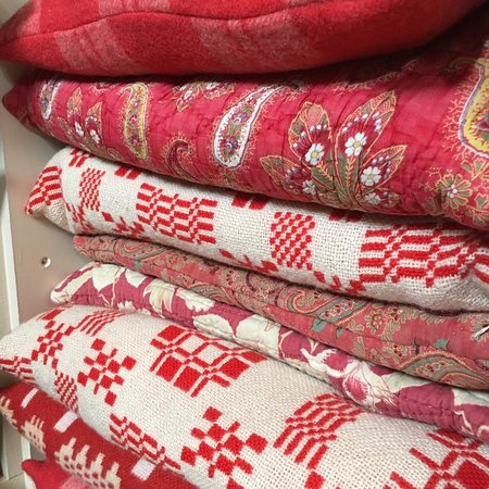 Tregaron, UK: Blankets, cushions and quilts