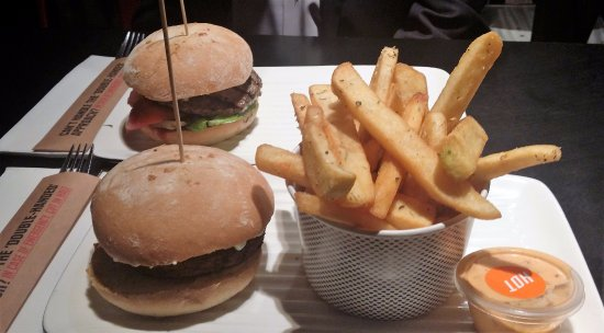 Hillarys, Australia: Lamb Burger and Vegie Burger with Chips
