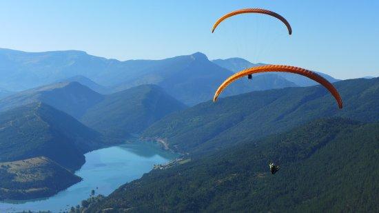 Saint Andre Les Alpes, France: Parapente biplace au dessus du lac de Castillon Verdon, entre le Val d'Allos et Castellane.