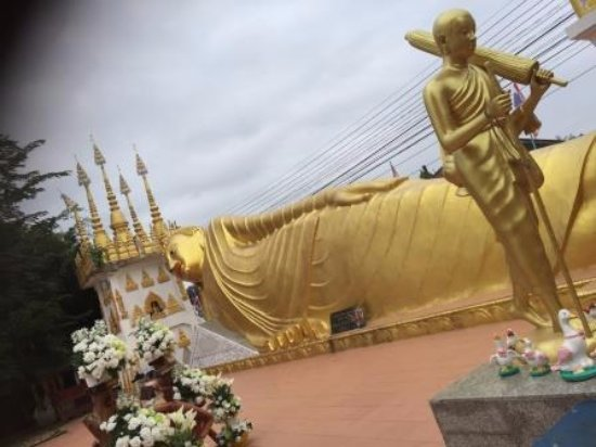 Phrae, Thailand: 涅槃物が立派です