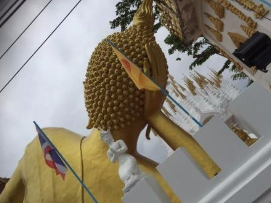 Phrae, Thailand: 敷地の外から見えた後姿