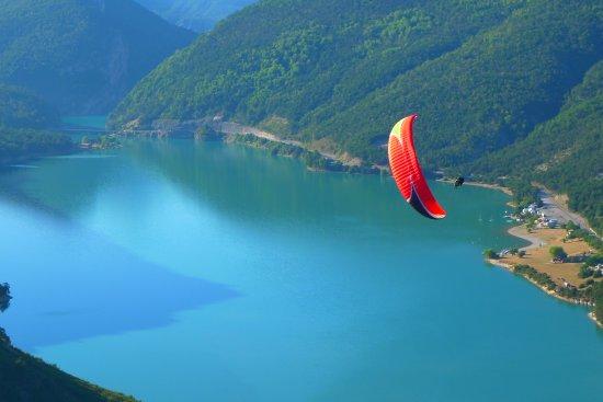 Saint Andre Les Alpes, France: Vol sensations en parapente au dessus du lac de Castillon Verdon, entre le Val d'Allos et Castel