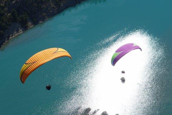 Saint Andre Les Alpes, Frankrike: Vol en couple en parapente au dessus du lac de Castillon Verdon, entre le Val d'Allos et Castell