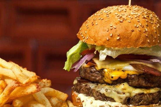 Chalandri, Greece: Bites & Pints Burger with double patty