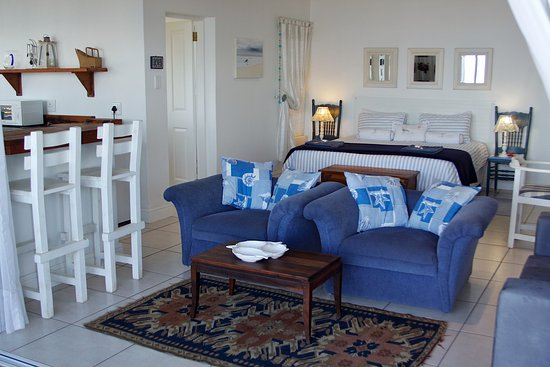 Shaka's Rock, South Africa: SHAKA'S SEAT - Beach Suite Bedroom & Lounge Area.
