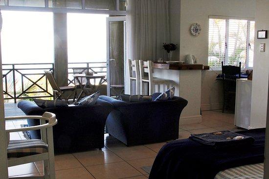 Shaka's Rock, South Africa: SHAKA'S SEAT - Beach Suite Lounge & Kitchenette Area.