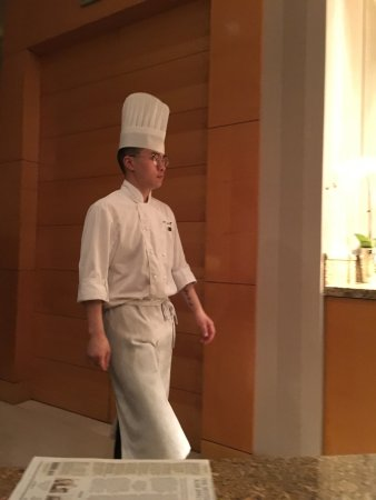 JW Marriott Hotel Shanghai at Tomorrow Square: Chef with dirty clothes, shelf with no wine glasses