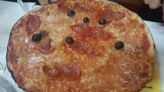 Pizzeria Cocco: Pizza Mafiosa (Margherita + Salame, Olive e Piccante)