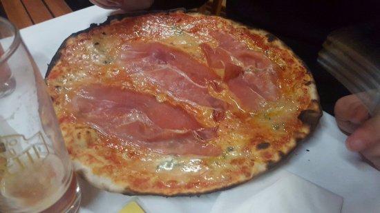 Pizzeria Cocco: Pizza Delizziosa (pomodoro, gorgonzola, crudo)