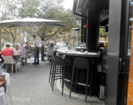 Luke's Kitchen and Bar: Even outdoor bar seating