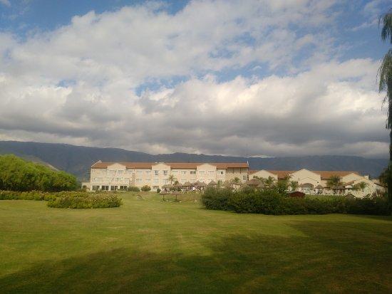Howard Johnson Hotel Resort Villa de Merlo: la vista del hotel desde el parque