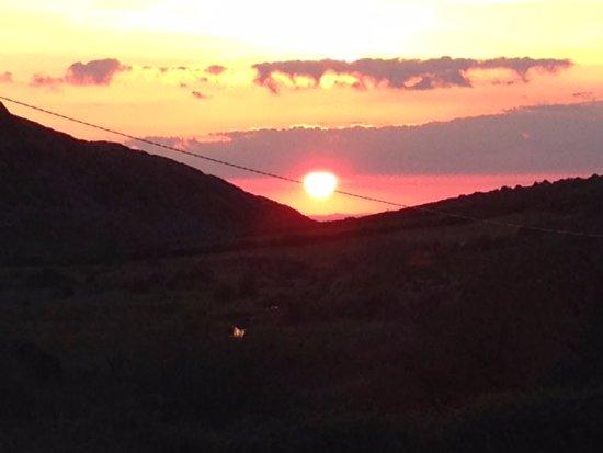 Fanore, Irlanda: sunset outside farmhouse