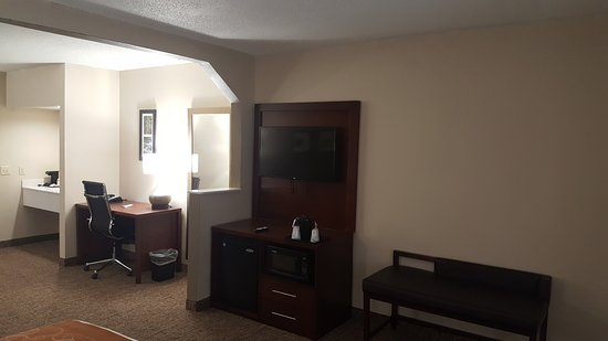 Comfort Suites Airport: New Queen Suite Room View