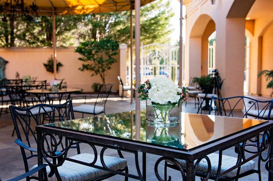 High Point, Carolina del Norte: Enjoy the Spring and Summer Air on our spacious Patio!