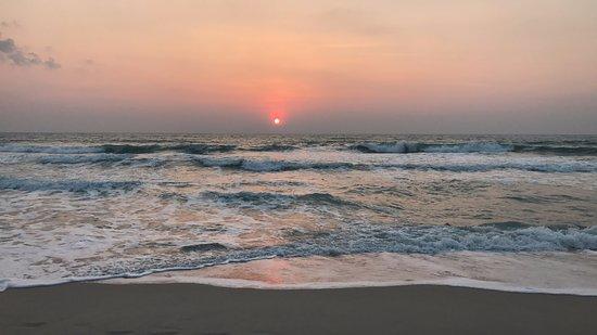 Banana Fan Sea Resort: Sunrise from right outside the resort