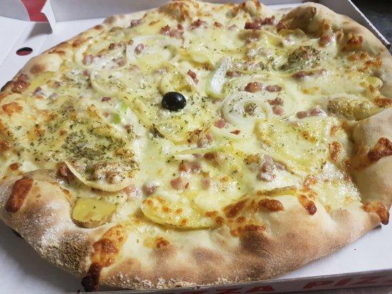 Orbe, Switzerland: La Pizza De L'Hiver : La Raclette ( PDT, Mozzarella, Lardon, Oignon et Crème Fraîche ! Miam!