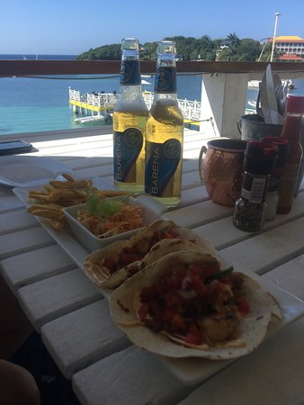 The Beach House: Dîner sur la terrasse et les meilleurs cocktails de l'île de Roatan!!