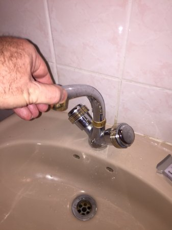 Annie's Lilongwe Executive Lodge Area 10: Taps not fixed to sink.