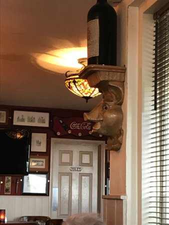 Heathfield, UK: Pigs head on wall in pub bar area