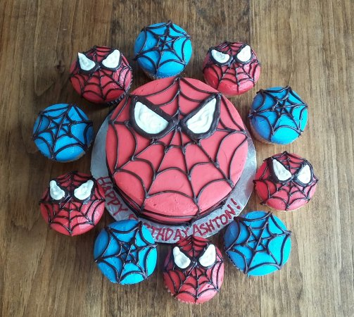 Oakville, Canadá: Spiderman cake and cupcakes