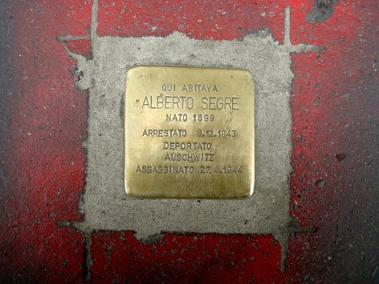 La pietra di inciampo davanti a casa segre foto di for Case di pietra davanti
