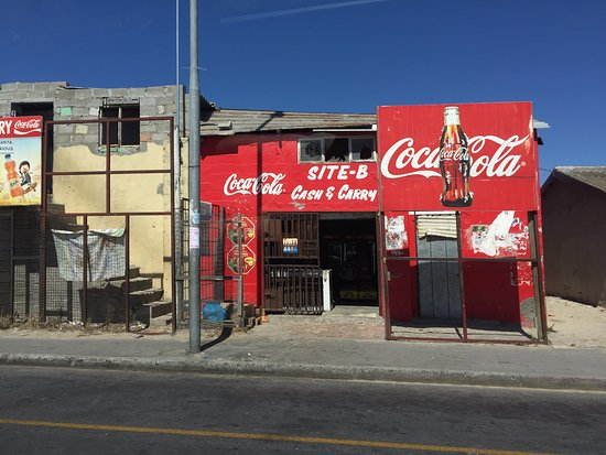 Khayelitsha, Sydafrika: In townships, CocaCola logo is being used to indicate that it is a shop!