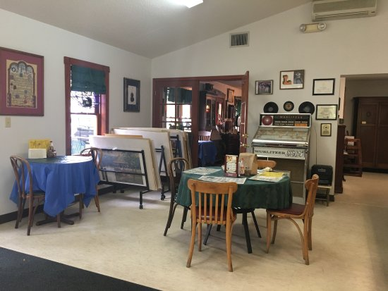 Homosassa, FL: Photo is taken from the cafe looking in to the entry to gallery.Fascinating exhibit and nicely p