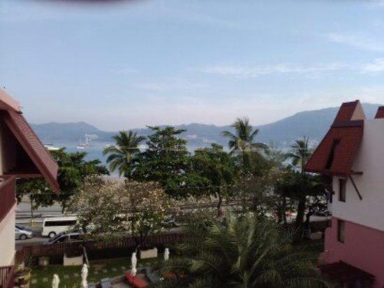 Seaview Patong Hotel: Vue sur l'océan qui est a deux pas juste a traverser la route
