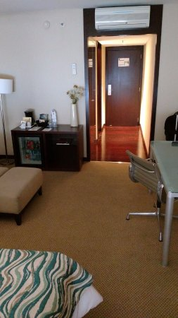 Hotel Tryp Buenos Aires: Entrada (ar split, frigobar, armário) / Entrance (ar conditioning, mini bar, closet)