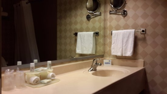 Holiday Inn Express Guanajuato: Baño cómodo y limpio, con mucha agua caliente