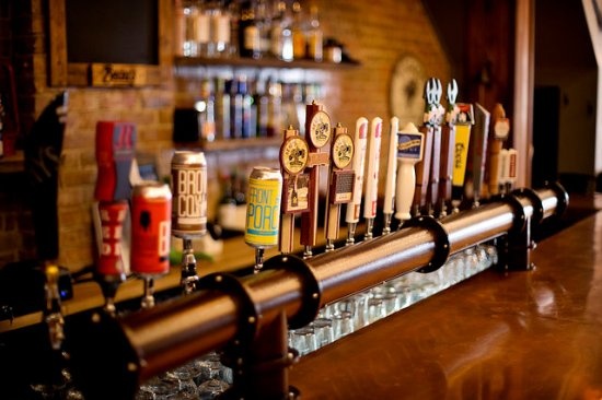 Arnprior, Canadá: With 18 draught beer and 2 wine on tap Lumbertown is sure to satisfy your craving.