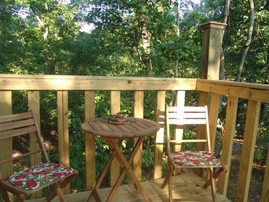 Elizabethtown, IL: Lower deck of White Oak treehouse
