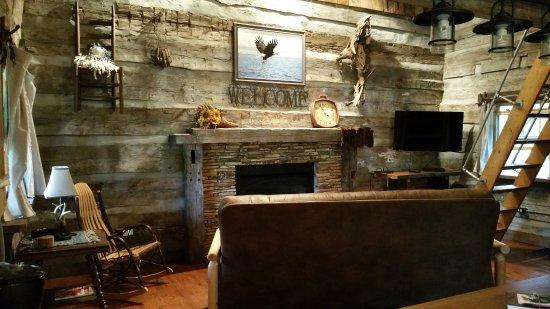 Elizabethtown, IL: Twin Oaks log cabin Circa 1852