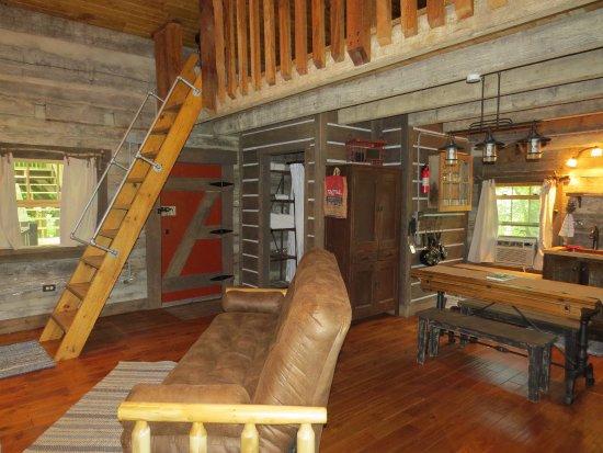 Elizabethtown, IL: Twin Oaks kitchen/living room