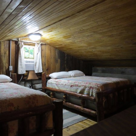 Elizabethtown, IL: Twin Oaks log cabin loft with 2 queen beds