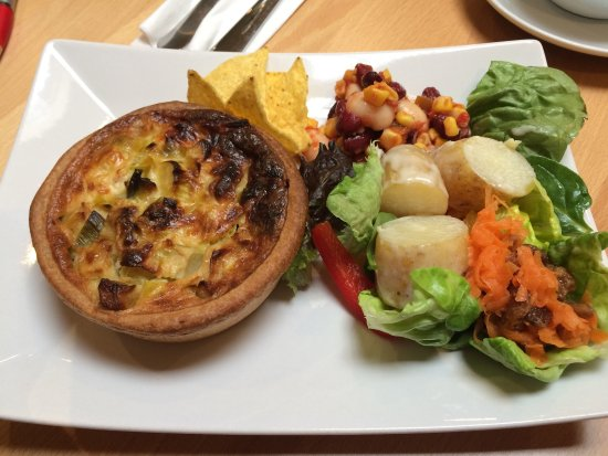Kelso, UK: Home cooked quiche and salad! Great food, excellent service in a lovely cafe. Worth seeking out