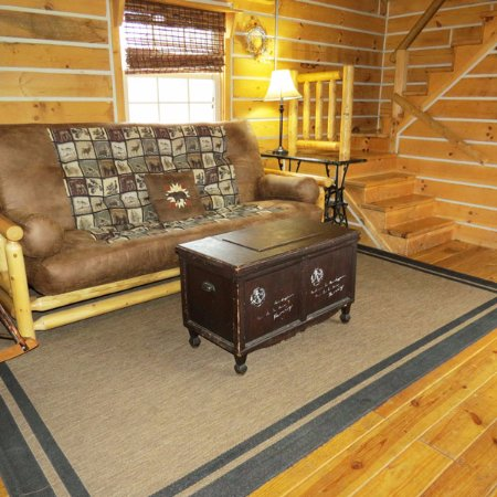 Elizabethtown, IL: Sassafras Ridge log cabin living room