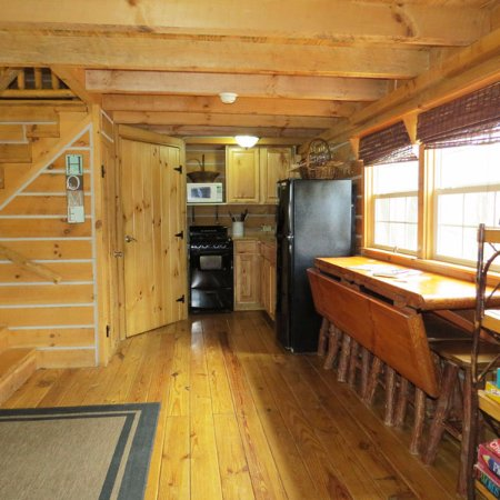 Elizabethtown, IL: Sassafras Ridge log cabin flip table and kitchenette