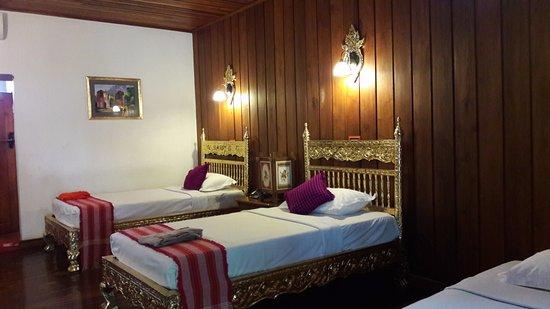 Thazin Garden Hotel : camera con tre letti