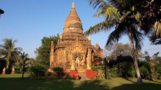 Thazin Garden Hotel: Lo stupa nel giardino dell'hotel