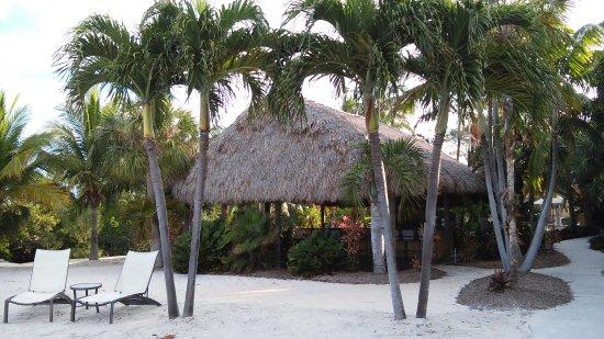 Hampton Inn Key Largo: Tiki bar and beach behind hote.