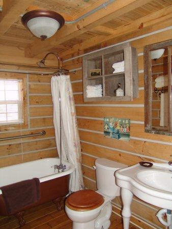 Elizabethtown, IL: Sassafras Ridge log cabin bath with clawfoot tub/shower